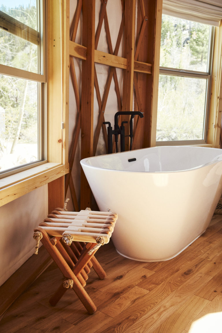Standing bath tub with view of nature